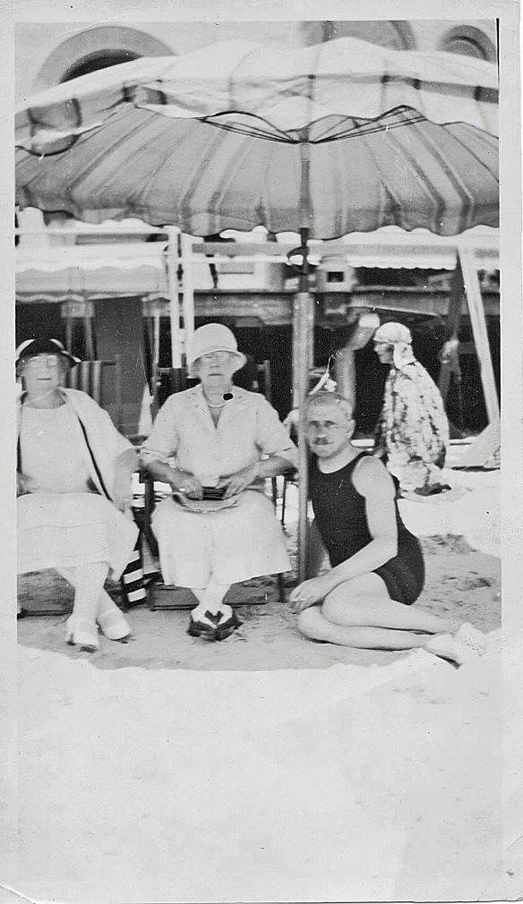 Eva M. Cohen, center, 1932 (Arthur Seligman, right)