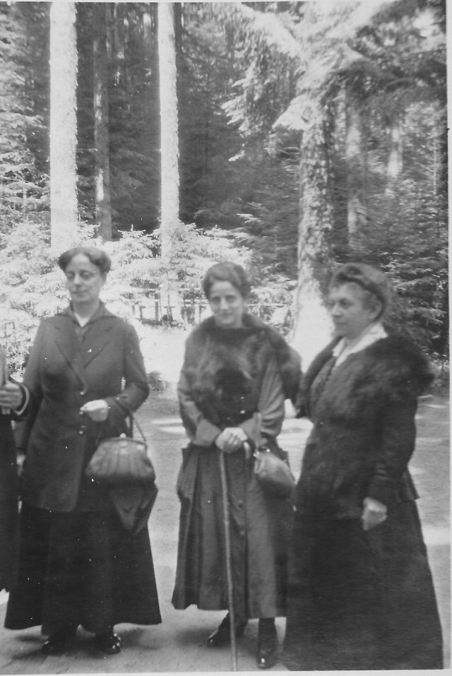 Laura Seligmann Wiener with two of her sisters, Bettina Seligmann Arnfeld and Johanna Seligmann Bielefeld Courtesy of Lotte Furst