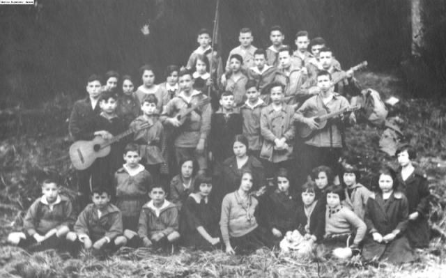 Werkleute group in Frankfort, Germany 1927 (not Lotte's group) http://www.infocenters.co.il/gfh/multimedia/GFH/0000065842/0000065842_1_web.jpg