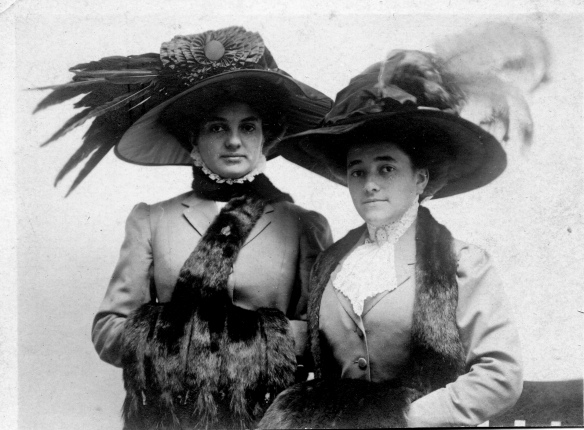 Hettie Schoenthal and Estelle Schoenthal, 1906 courtesy of the family of Hettie Schoenthal Stein